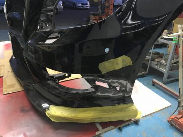 メルセデス ベンツ:CLA AMGフロントバンパー修復