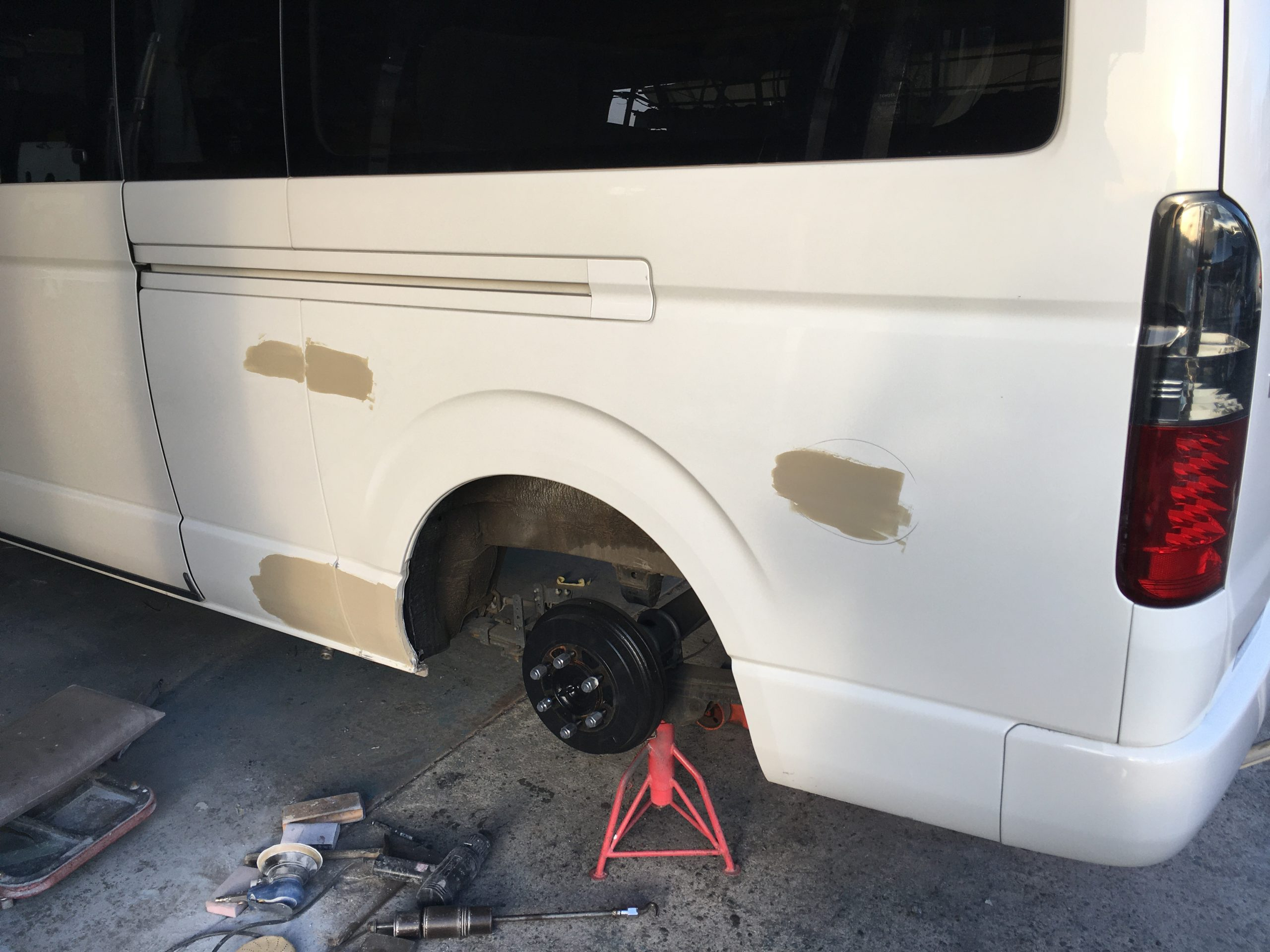 ハイエース 左側面板金修理